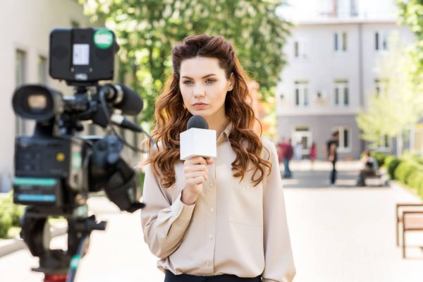 Юлия Ефимова показала яркие фото на фоне знака Голливуда