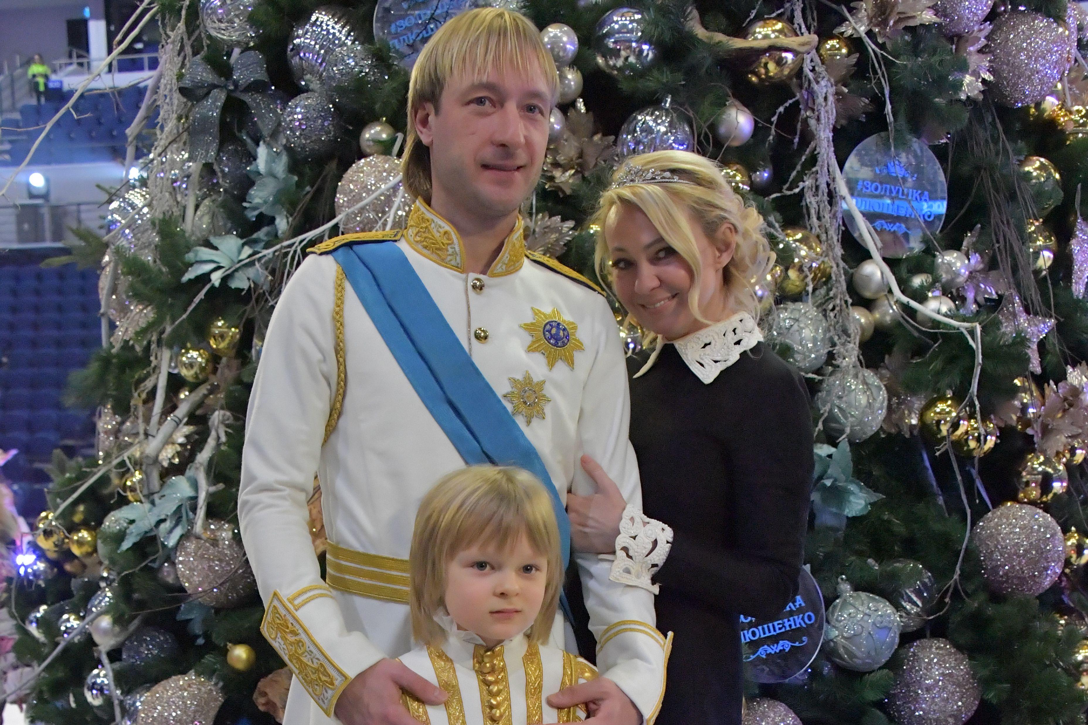 Вероника и Алёна Жилины искупались в бассейне вместе с сыном Плющенко. ВИДЕО