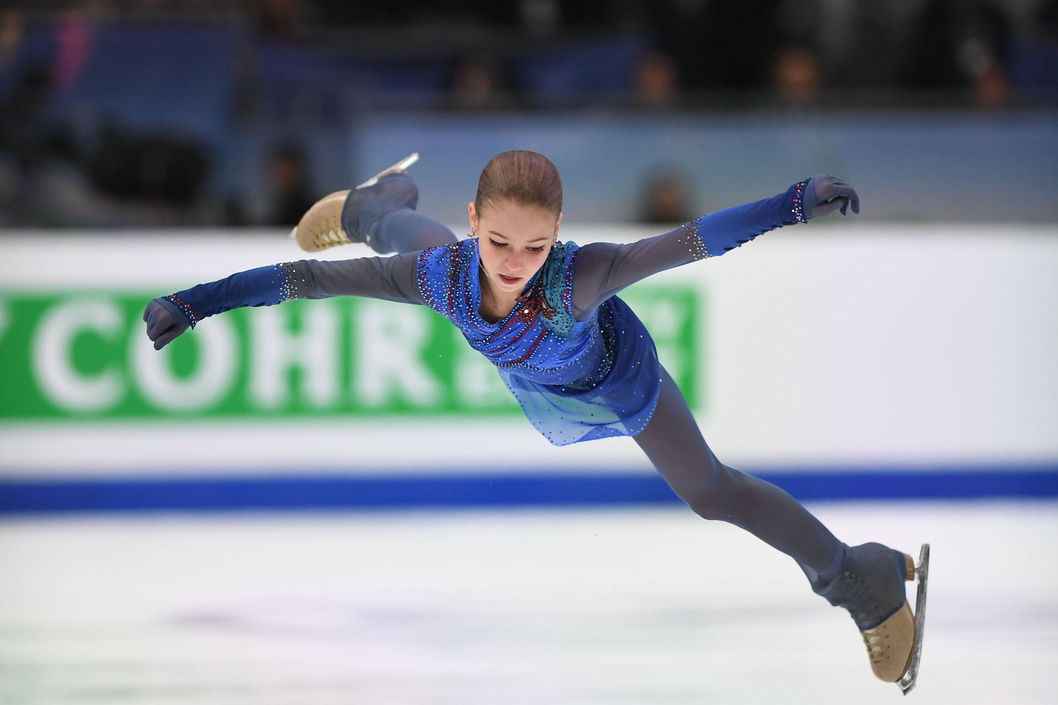 Трусова в роскошном вечернем костюме сходила на балет вместе с Плющенко. ФОТО
