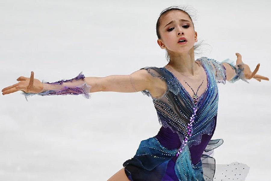 Валиева показала невероятную растяжку: 'Тянусь к победе на льду'. ВИДЕО