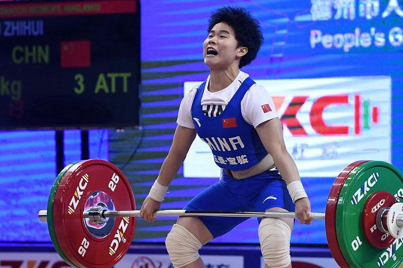 Сразу три олимпийских рекорда: китаянка завоевала первое золото в тяжёлой атлетике на ОИ-2020 в Токио
