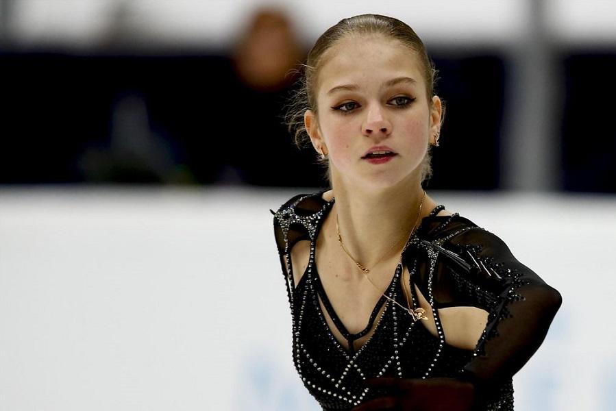 Настоящая фанатка: как Трусова наблюдала за тренировкой мужчин на ЧМ-2021. ВИДЕО