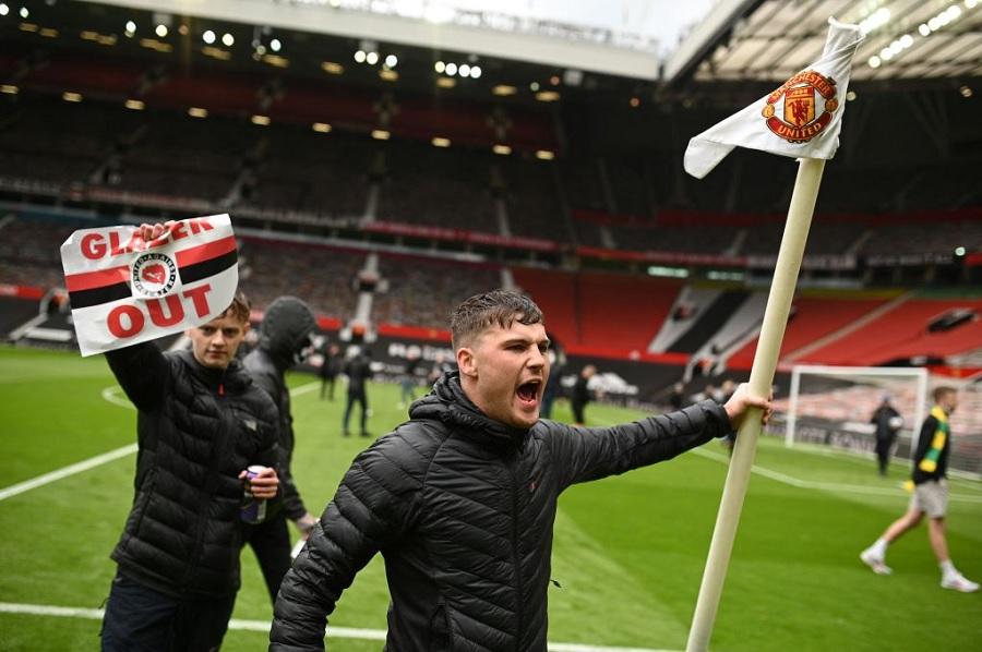 Болельщики 'МЮ' вновь протестубт перед матчем с 'Ливерпулем'