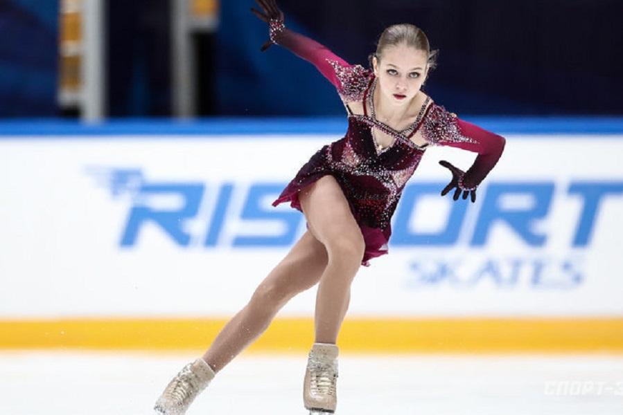 Трусова сфотографировалась на льду с юными фигуристами 'Хрустального'. ФОТО