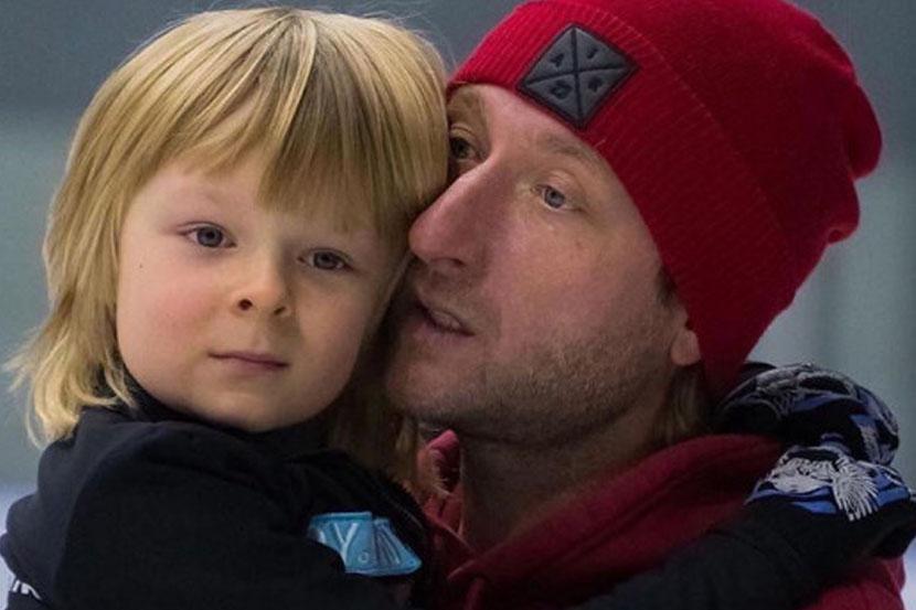 Сын Плющенко потренировал с отцом вращения на удочке. ВИДЕО