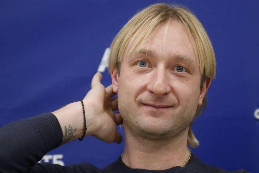 Плющенко сыграл в футбол с учениками. Видео