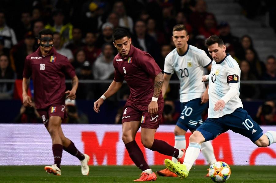 Игрок сборной Венесуэлы едва не сломал ногу Месси и получил красную карточку (ВИДЕО)