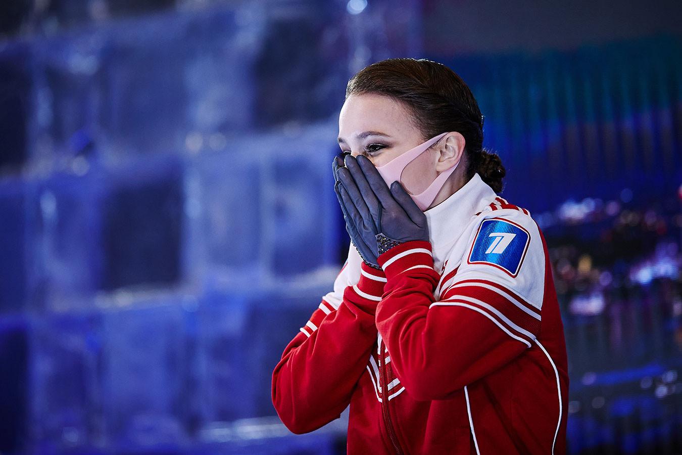 Щербакова смеялась на пьедестале, Трусова с боем добилась медали. Фото победы России на ЧМ