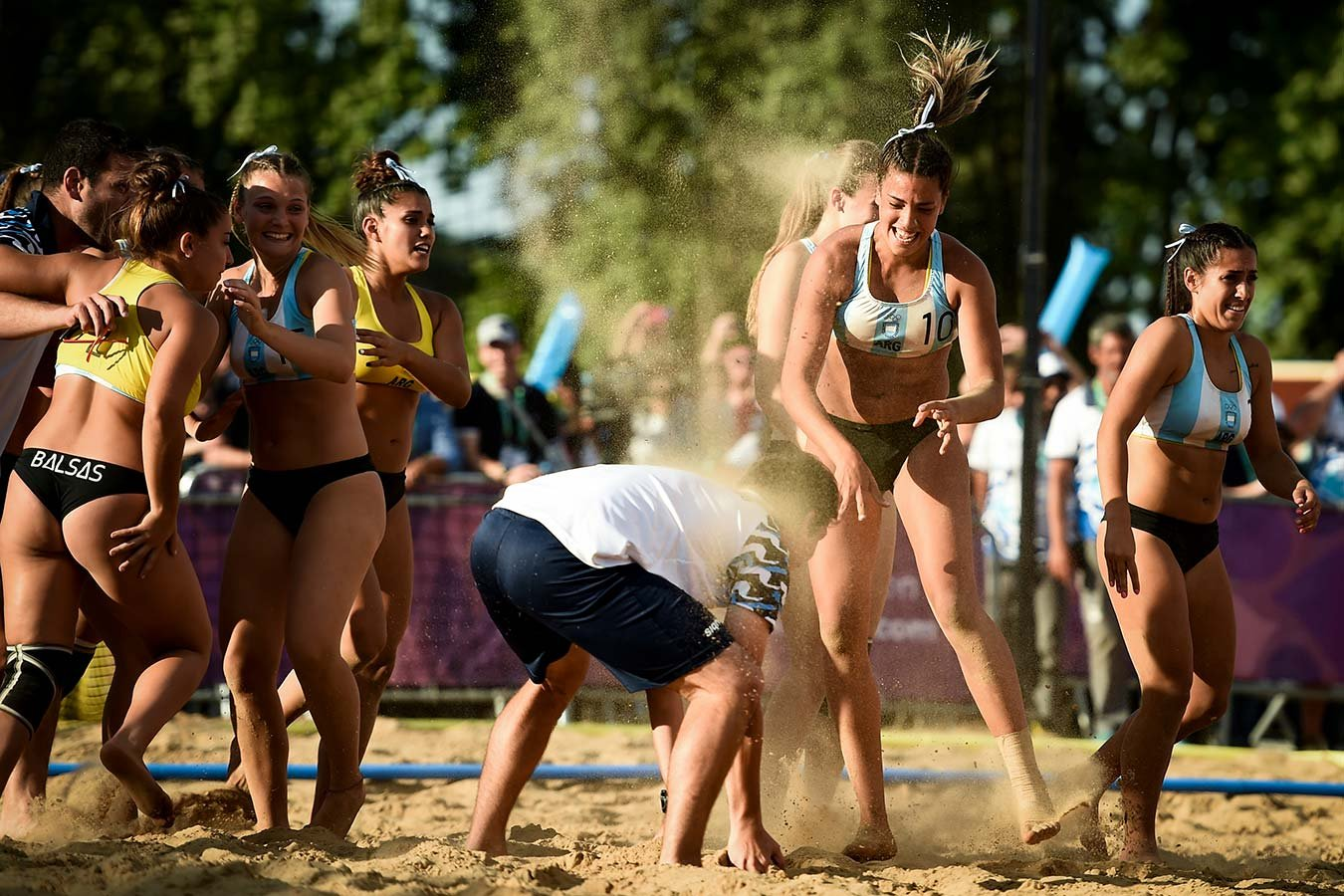 Ультракороткие бикини перестанут быть обязательными в пляжном гандболе