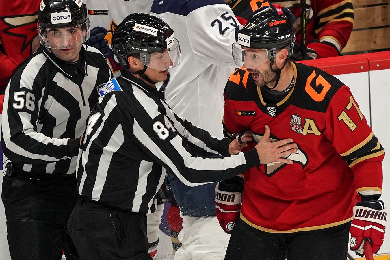 Ковальчук повздорил с Голдобиным, судья успокаивал. Фото с матча «Авангард» — «Металлург»