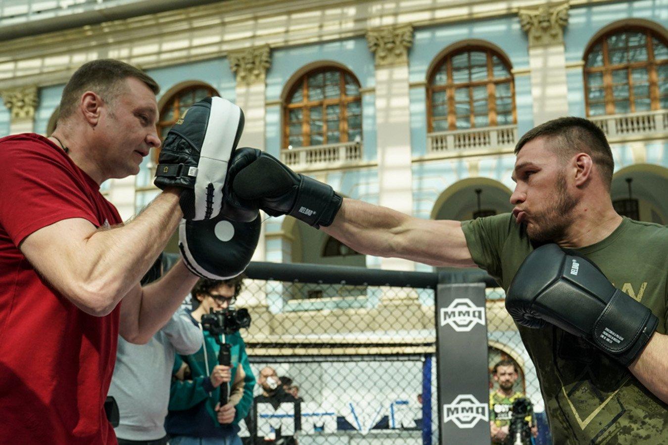 Немков провёл поединок по «интерактивному ММА» с боксёром Келешем. Яркие фото тренировки