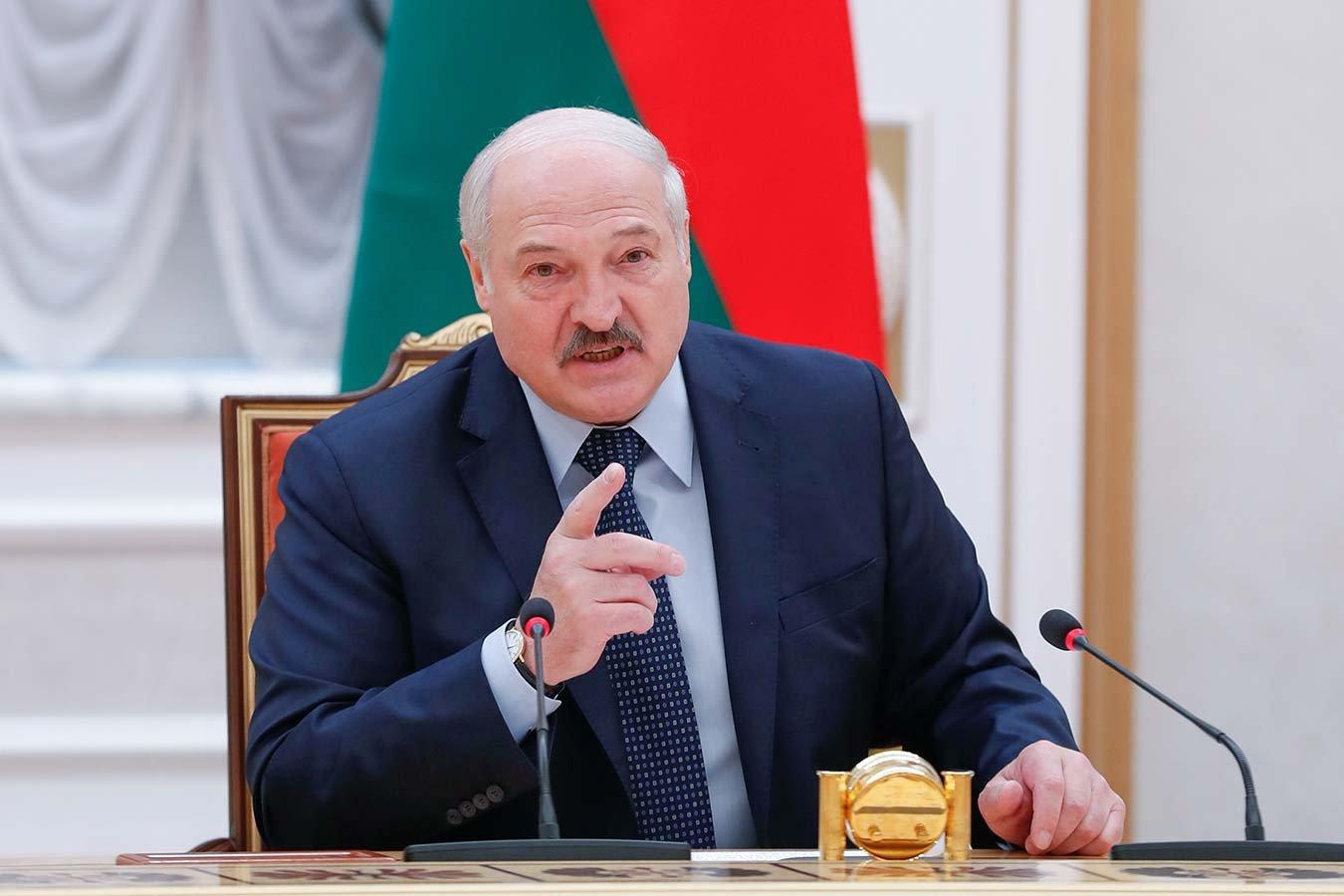 Лукашенко: посмотрите, что творят футболисты, а особенно их жёны! Кому мы деньги платим?!