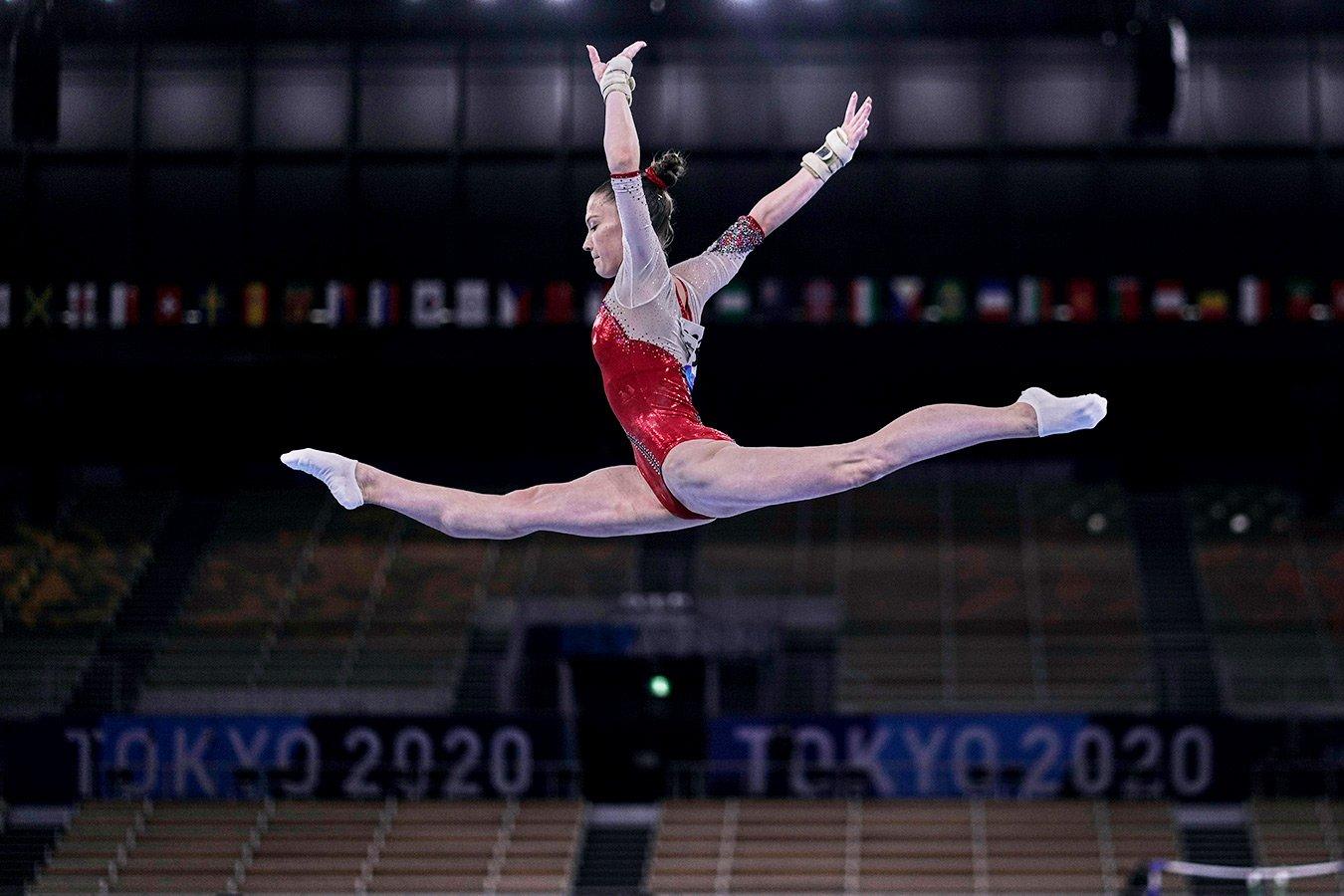Владислава Уразова упала с бревна во время выступления в командном многоборье на Олимпиаде