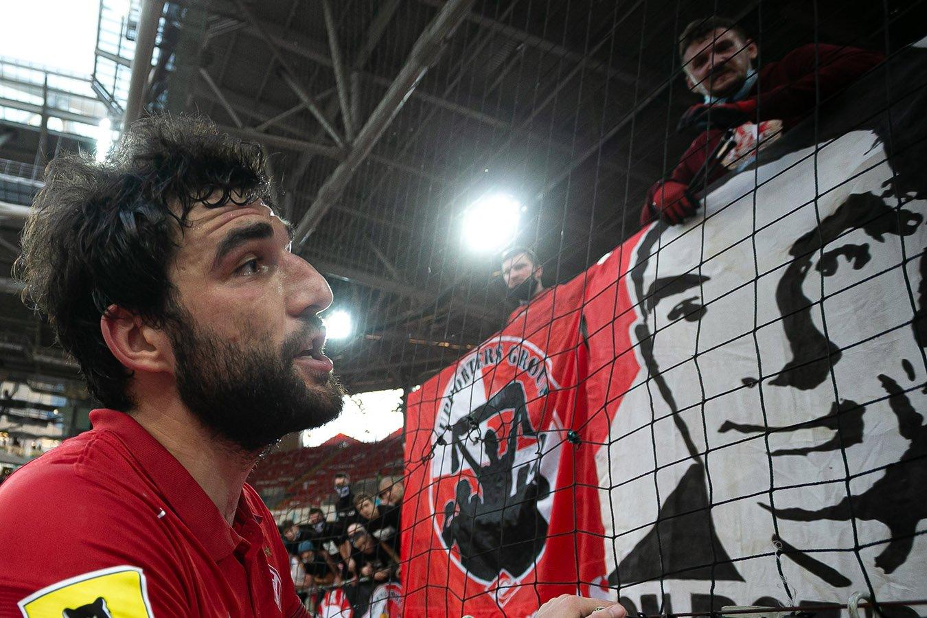 Болельщики вывесили баннер Соболеву, Джикия беседовал с фанатами. Фото победы «Спартака»