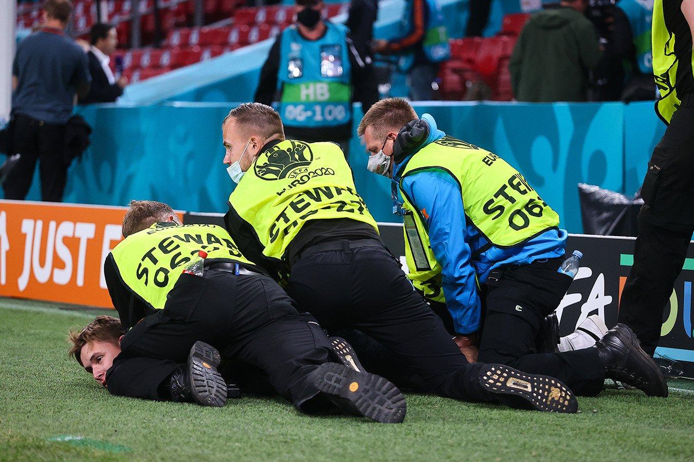 После матча Россия — Дания на поле задержали российского болельщика