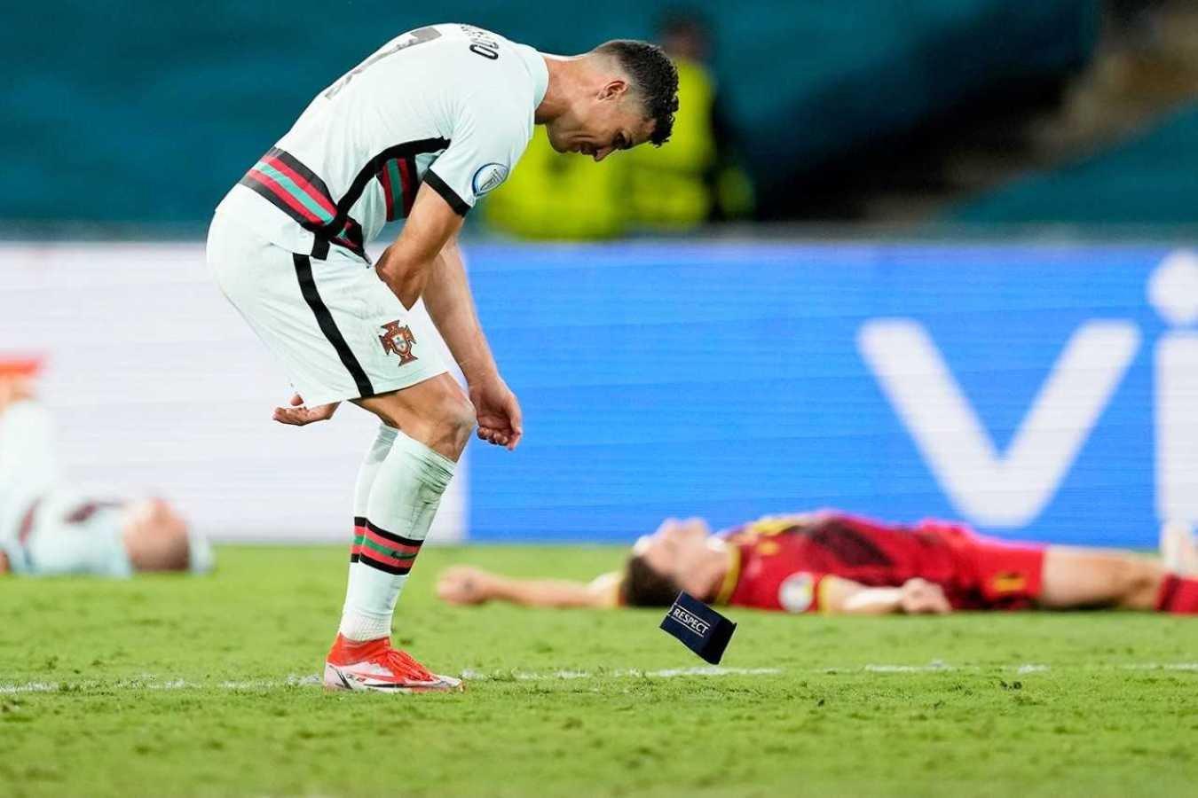 Роналду бросил капитанскую повязку после поражения Португалии в матче с Бельгией