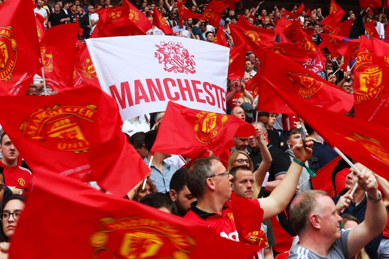 Болельщики «Манчестер Юнайтед» прорвались на поле перед матчем с «Ливерпулем». Фото