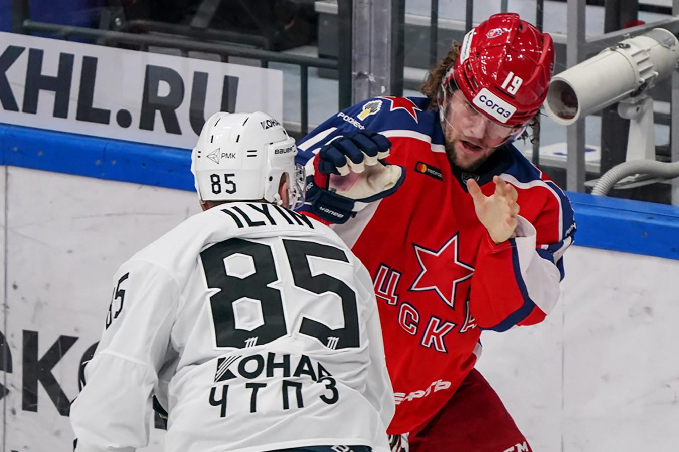 Ильин сцепился с Лайпсиком, Телегин отнимал шайбу лёжа. Фото победы «Трактора» над ЦСКА