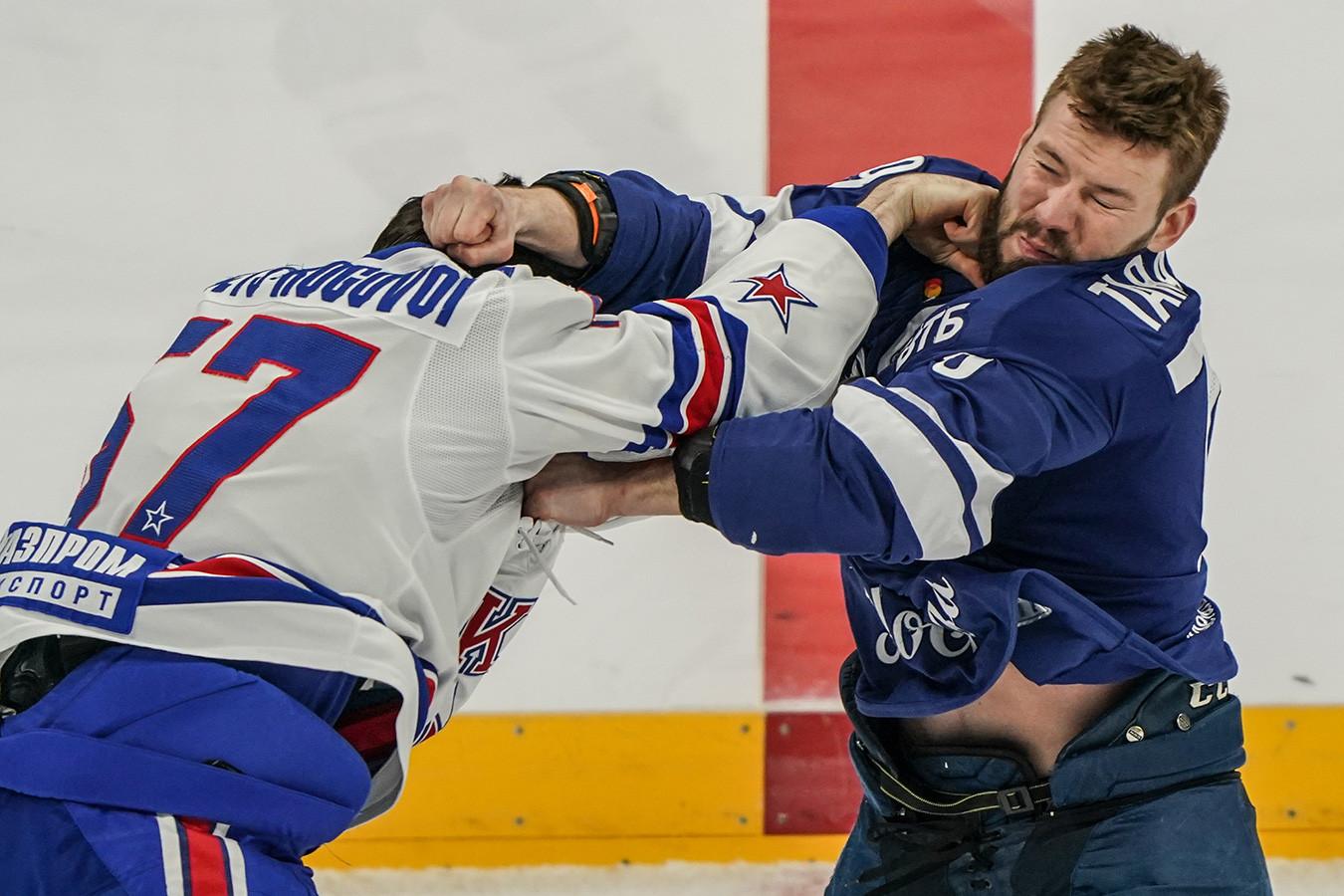 Тарасов дрался на кулаках, маскот летал над трибунами. Яркие фото победы СКА над «Динамо»