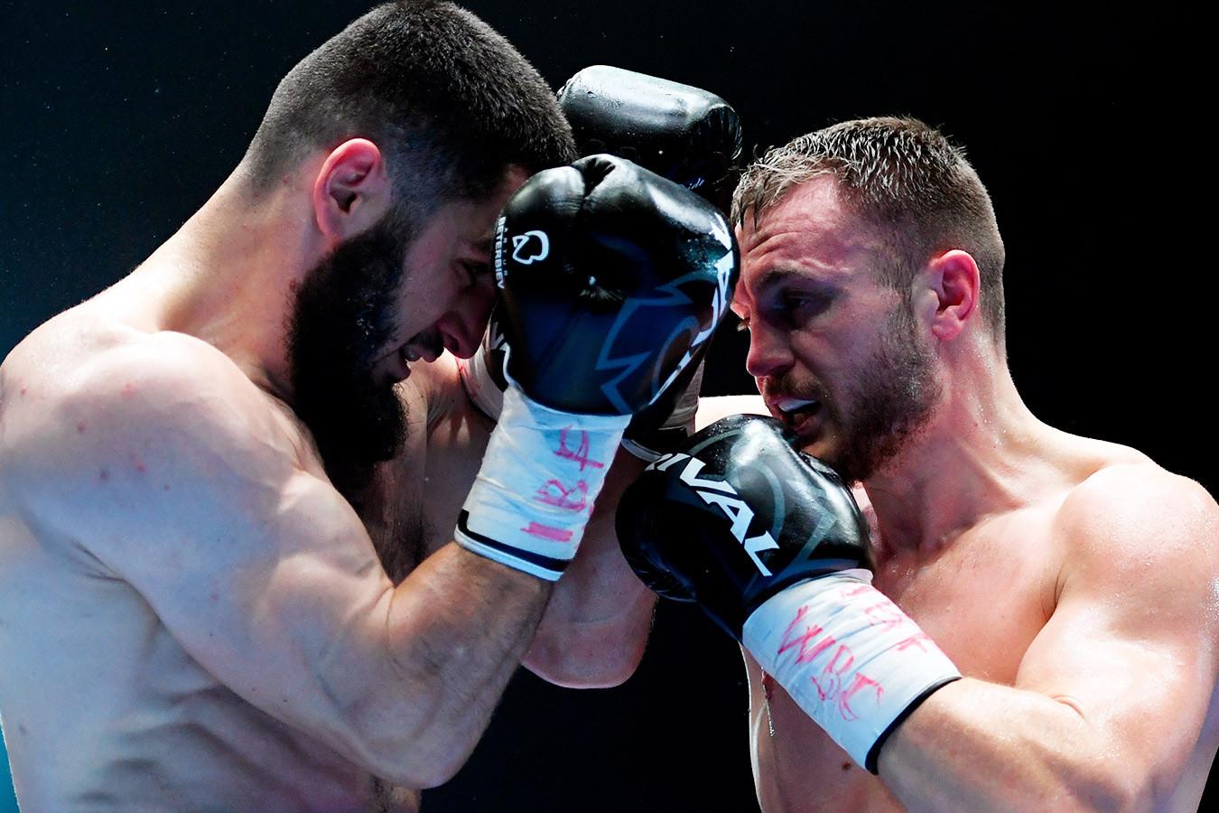 Бетербиев нокаутировал Дейнеса в 10-м раунде и защитил титулы WBC и IBF