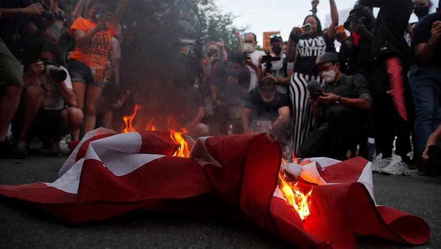 Фанаты 'МЮ' сожгли флаг США возле стадиона 'Олд Траффорд'