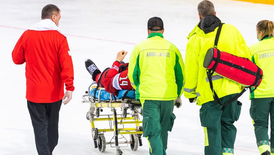 Белорусский хоккеист покинул площадку на носилках в матче чемпионата мира