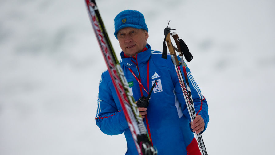 Главный тренер сборной России по биатлону попал в больницу