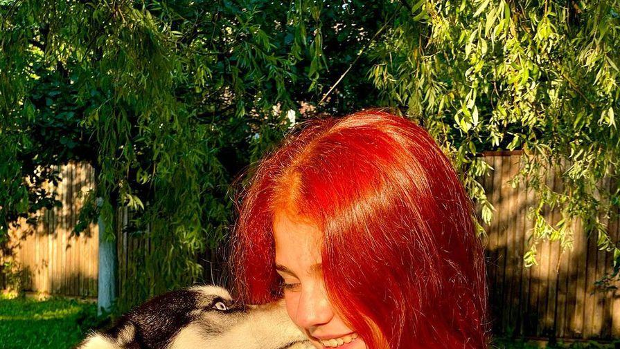 Трусова выложила фотосессию с рыжими волосами и домашним питомцем