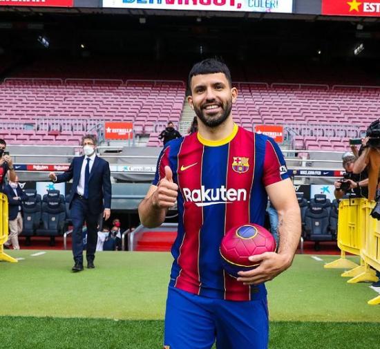 'Барселона' показала первое фото Агуэро в футболке клубе