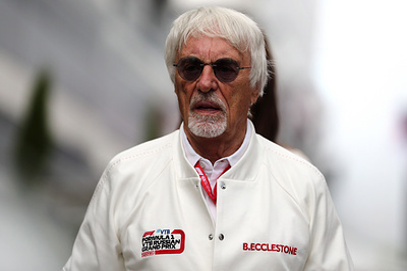 Бывший глава 'Формулы-1' Экклстоун заявил, что запретил бы гонщиками вставать на колено