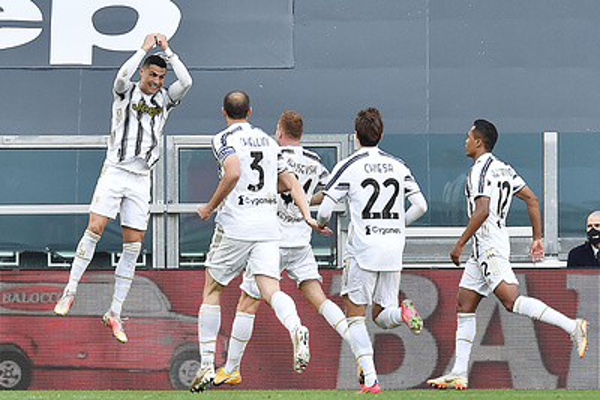 'Ювентус' обыграл 'Интер' в чемпионате Италии по футболу и поднялся в зону Лиги чемпионов