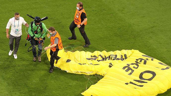 Министр внутренних дел Баварии — об инциденте с парапланом: «Снайперы на стали стрелять из-за надписи Greenpeace»