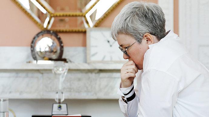 Тансыккужина получила в Москве сувенирный набор шашек в подарок за победу на ЧМ