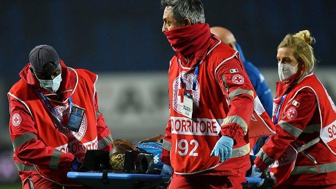 Футболист «Наполи» Осимхен потерял сознание во время матча с «Аталантой». Его доставили в больницу