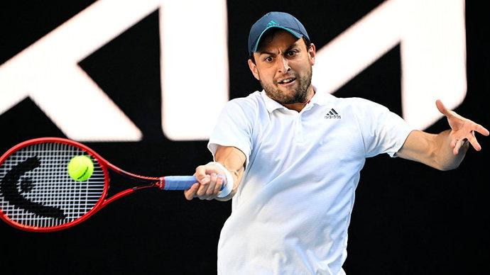 Карацев в пятисетовом матче обыграл Оже-Аляссима и вышел в четвертьфинал Australian Open