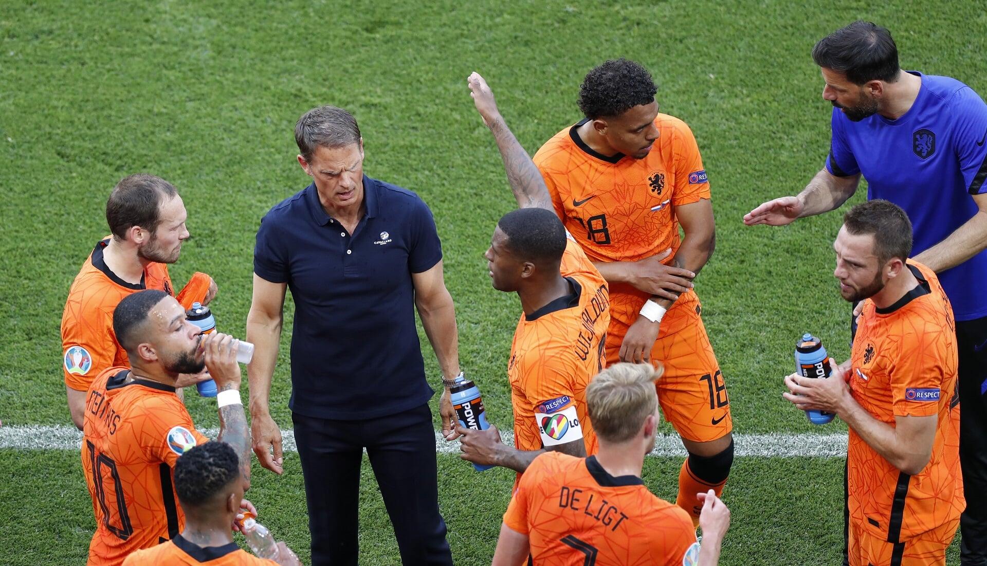 Вейналдум надел капитанскую повязку против дискриминации на матч с Чехией. Де Бур назвал это «серьезным заявлением»
