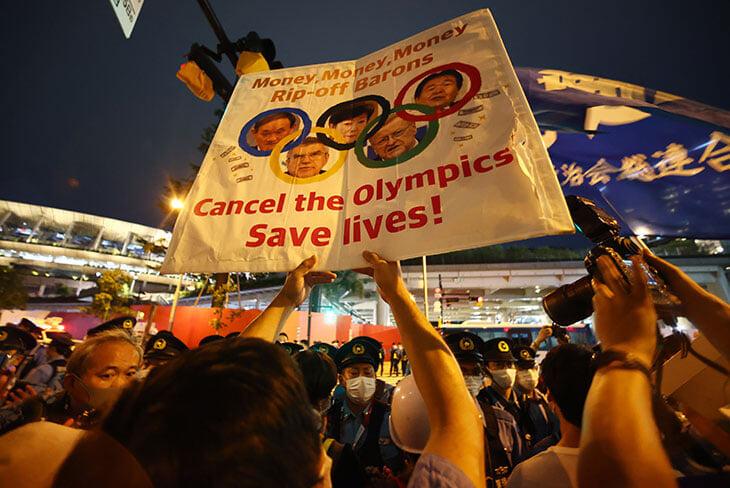 В Токио проходят акции протеста возле стадиона, где идет церемония открытия Олимпийских игр-2020