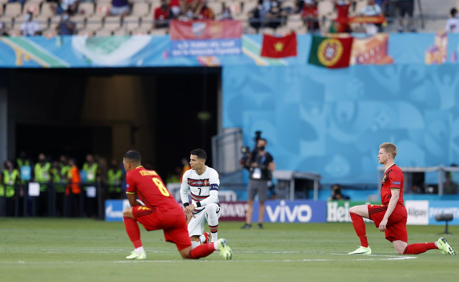 Все игроки Бельгии и Португалии преклонили колено перед матчем 1/8 финала Евро-2020