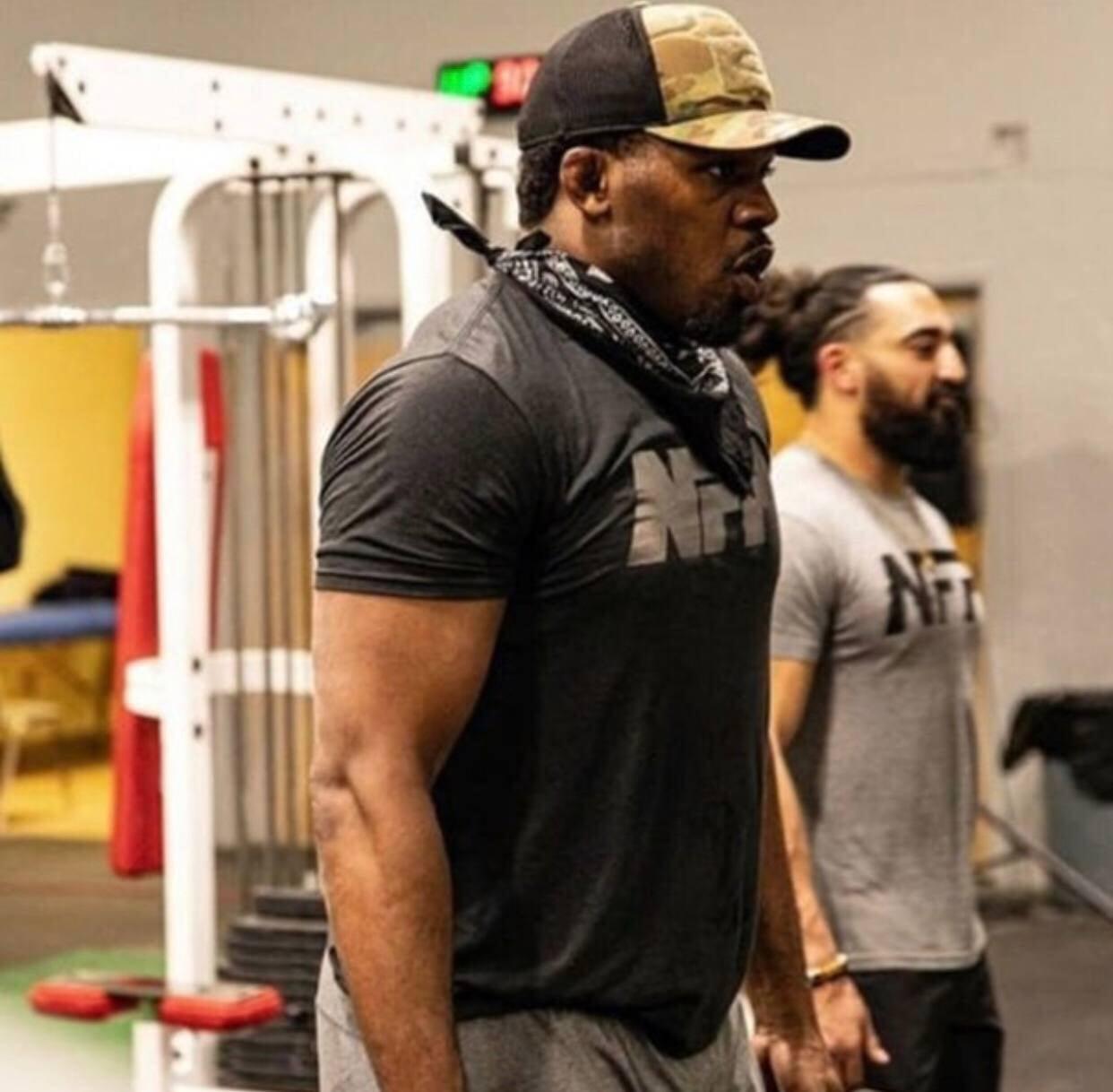 Джонс показал свою форму: «115-килограммовый старик»