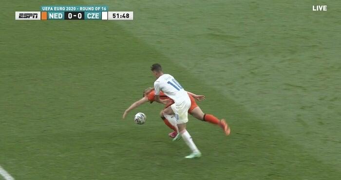 Карасев с ВАР удалил де Лигта за игру рукой в матче с Чехией. Игрок «Юве» сорвал выход Шика один на один