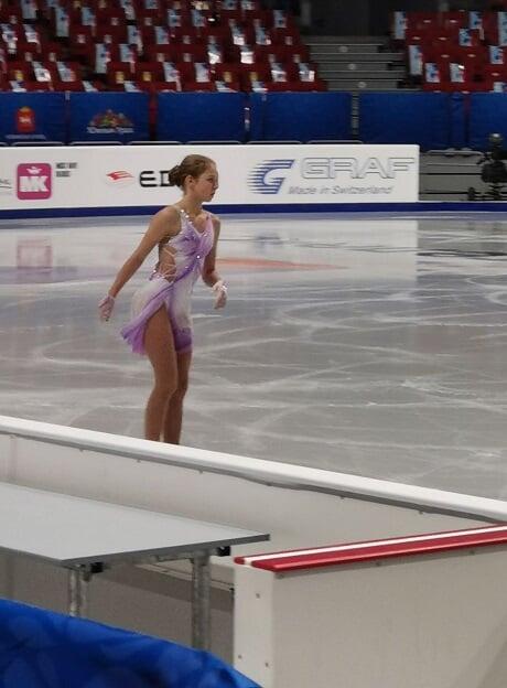 У Трусовой новое платье для короткой программы: бело-фиолетовое с вырезом на боку