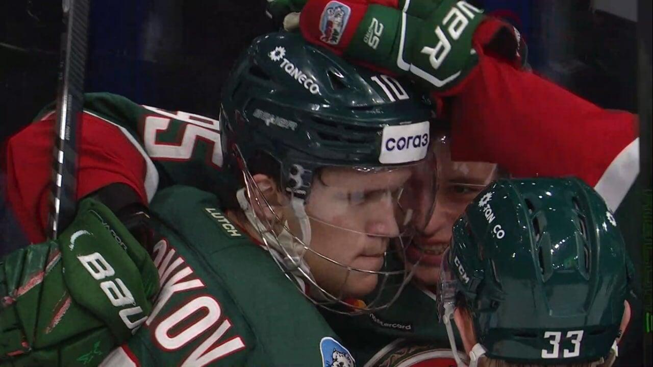 Воронков играет в защитной маске против «Авангарда». Он головой заблокировал бросок в прошлом матче