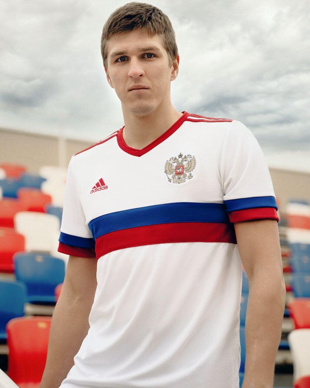 Представлена новая гостевая форма сборной России. Она белая с сине-красными полосами на груди и рукавах