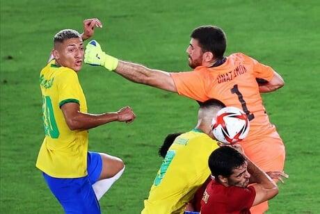 Ришарлисон не реализовал пенальти в финале Олимпиады, пробив выше ворот Симона