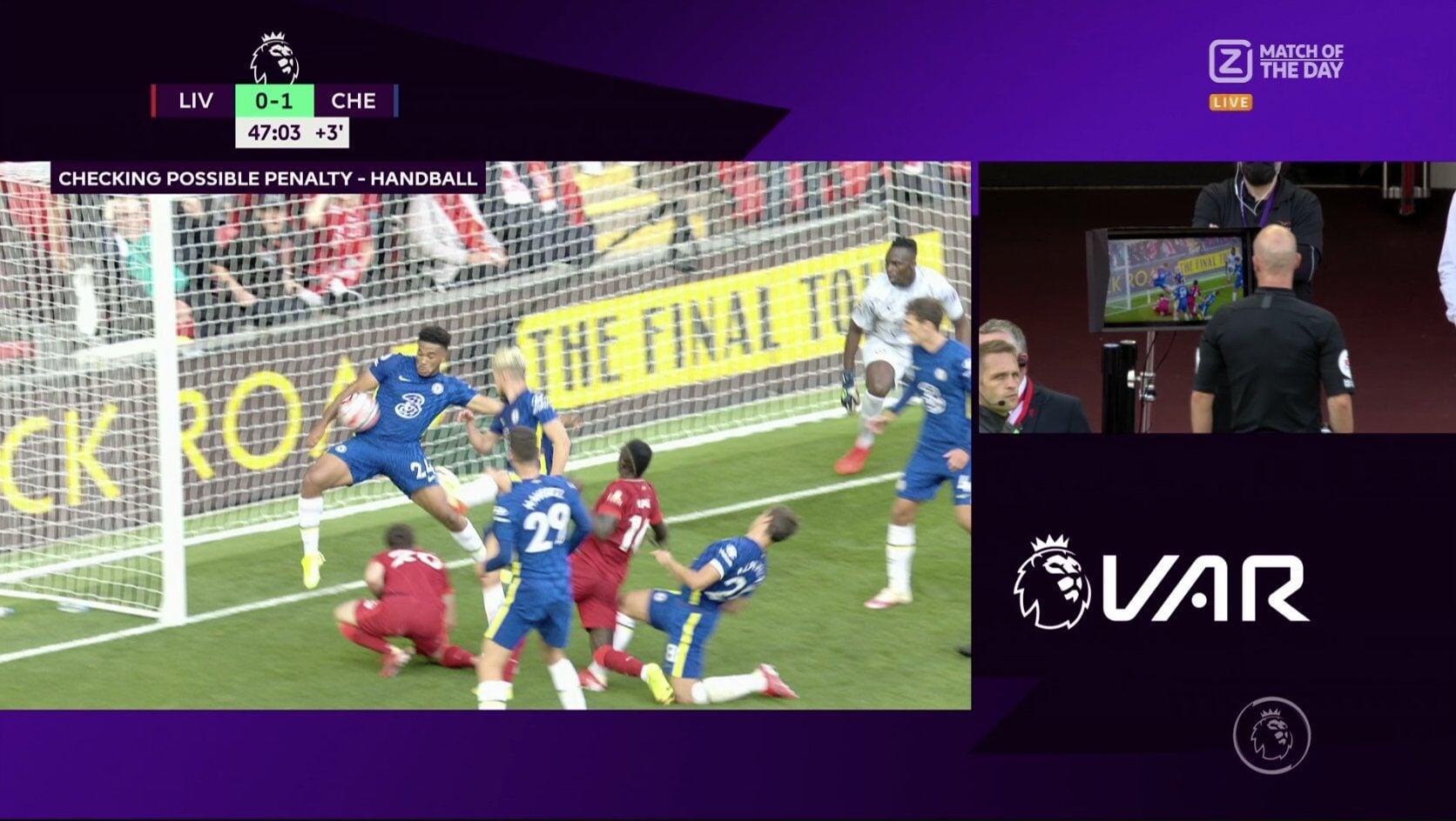 Судья удалил Джеймса за руку на линии ворот после ВАР в игре с «Ливерпулем». Пенальти в ворота «Челси» реализовал Салах