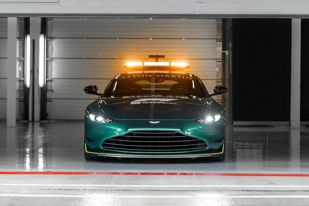 «Формула-1» представила машины безопасности – «Астон Мартин» в ливрее команды и красный «Мерседес»