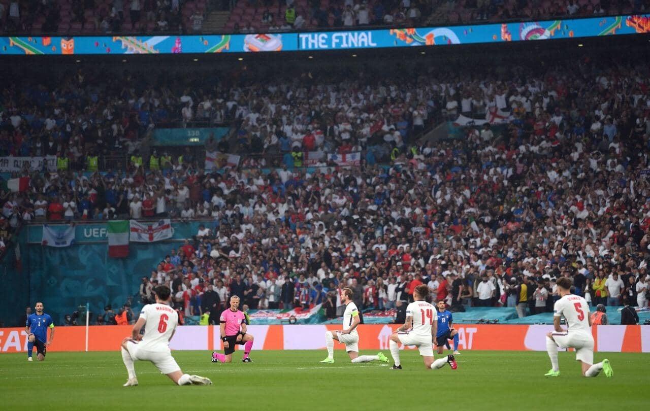 Все игроки Англии и Италии преклонили колено перед финальным матчем Евро-2020