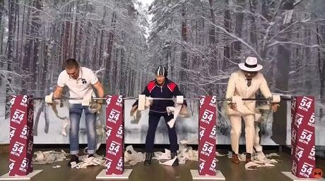 Большунов снялся в «Вечернем Урганте» и обыграл ведущих в конкурсе по отматыванию туалетной бумаги
