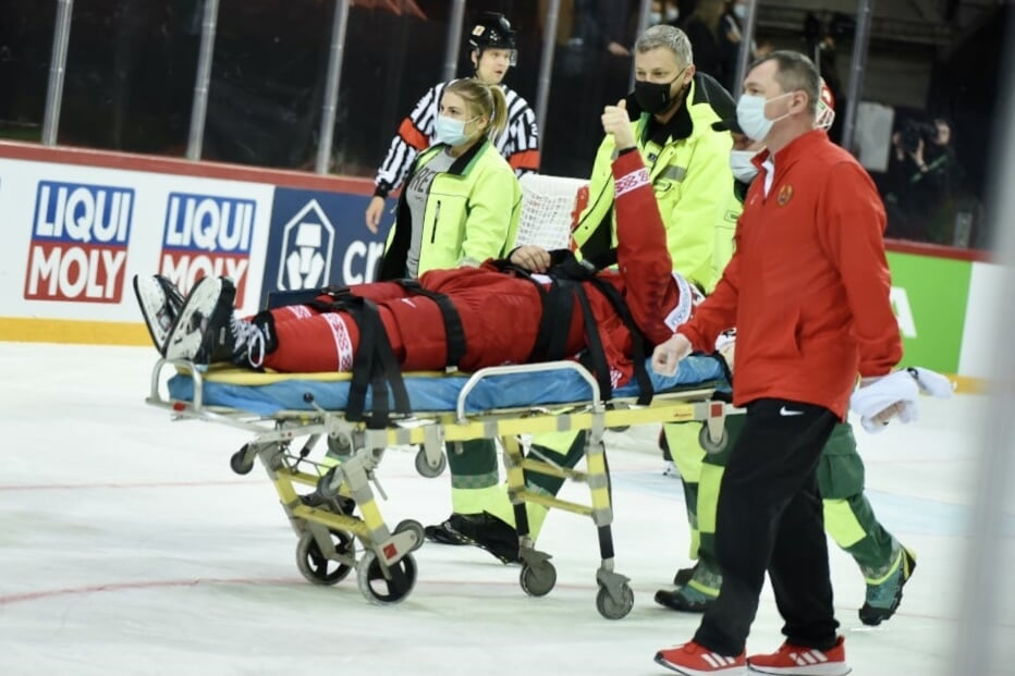 Лисовец получил травму в матче против Швеции. Его увезли со льда на носилках