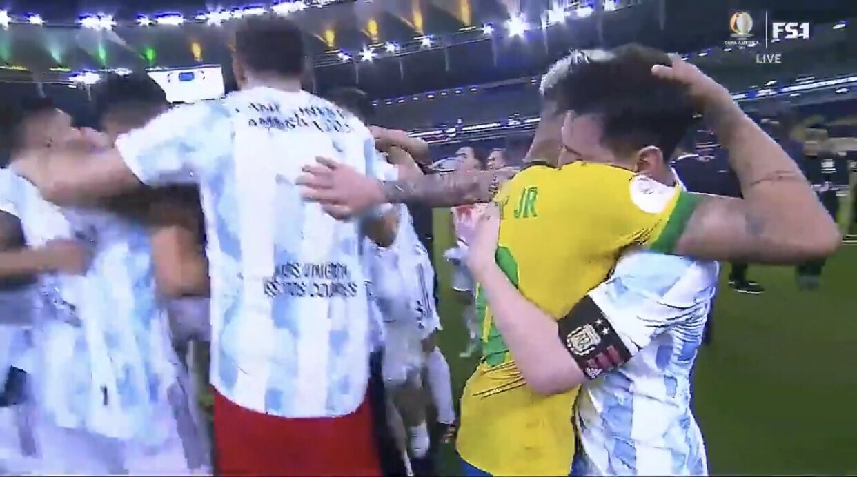 Неймар и Месси обнялись после финала Кубка Америки